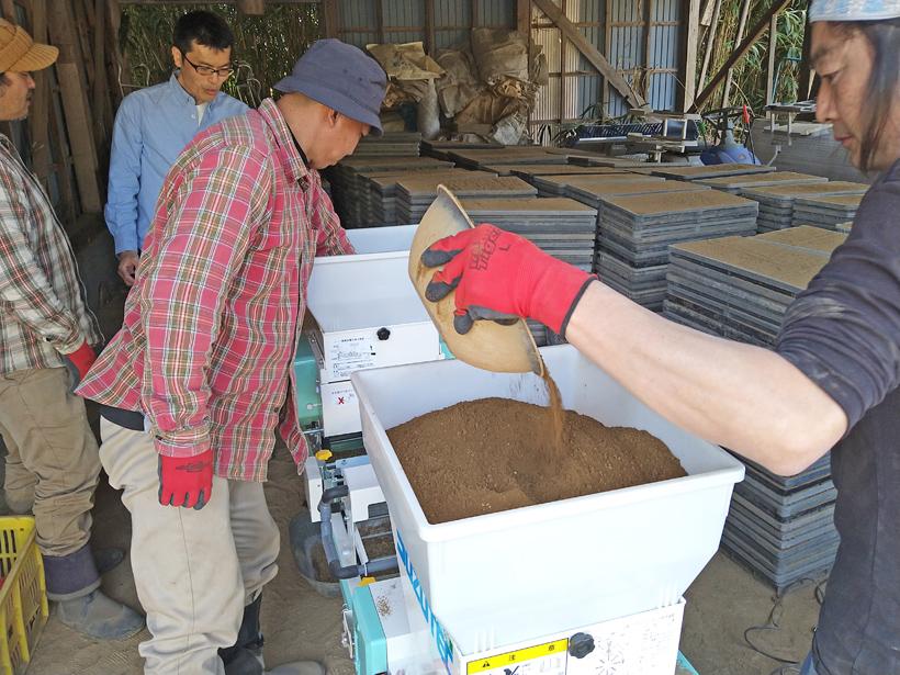 南阿蘇の自然栽培米ササニシキの播種作業|画期的な機械の導入で活着の良い苗に